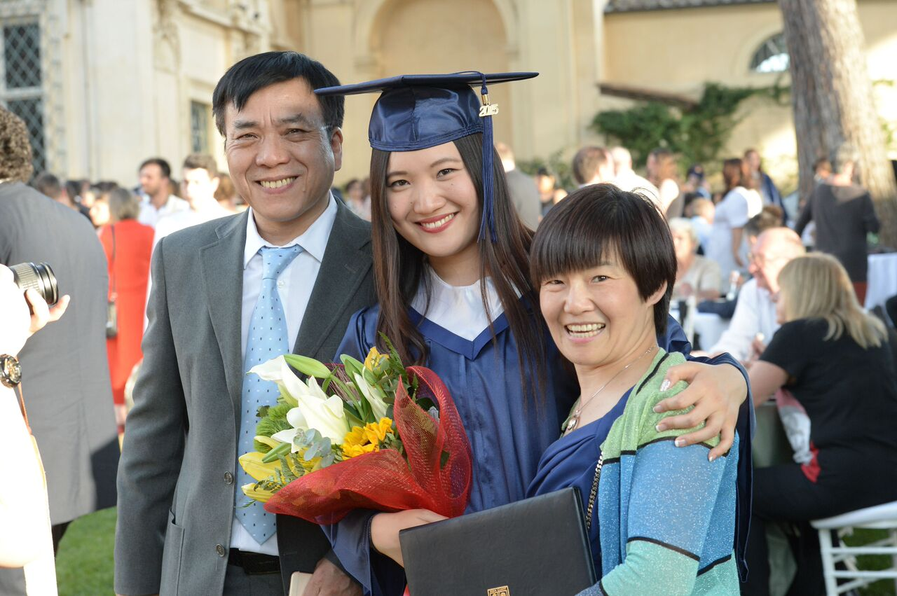Recent JCU graduate with her parents