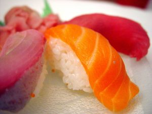 1280px-salmon_sushi_cut