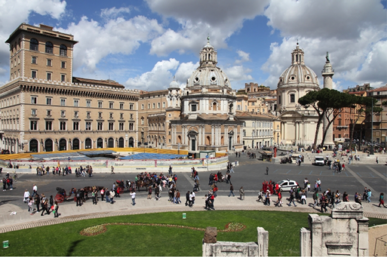 Piazza Venezia in Rome, JCU students on boat tour in Sapri, A Guide to JCU Trips and Activities this September, jcu weekend trips, traveling as a student in Europe, study abroad in Rome, study in Italy