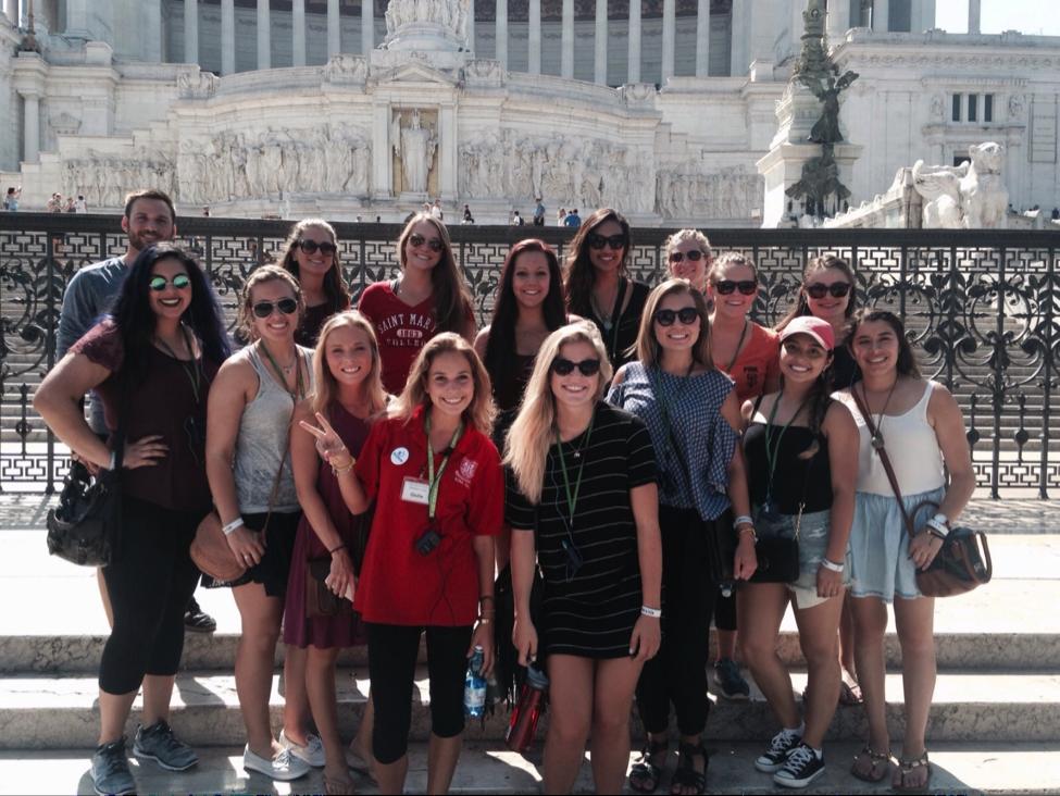 JCU students pose at Piazza Venezia (Complesso del Vittoriano).